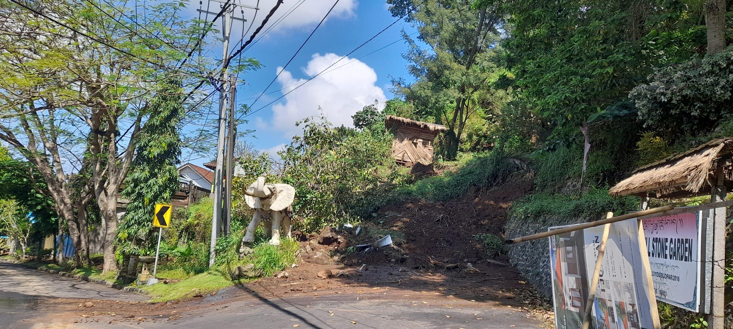 JALAN menuju objek wisata Twin Hill, Desa Bunutin, Kecamatan Bangli, Kamis (5/8/2021) tertimbun tanah longsor. Foto: ist