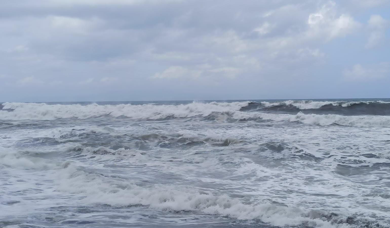 OMBAK di pantai sepanjang Gianyar sangat besar. Tim gabungan dari Satpolair Polres Gianyar, Basarnas Denpasar, dan BPBD Gianyar menghentikan pencarian I Made Sadra, warga Desa Pering, Blahbatuh, Gianyar yang terseret saat mandi di Pantai Pering. Foto: adi