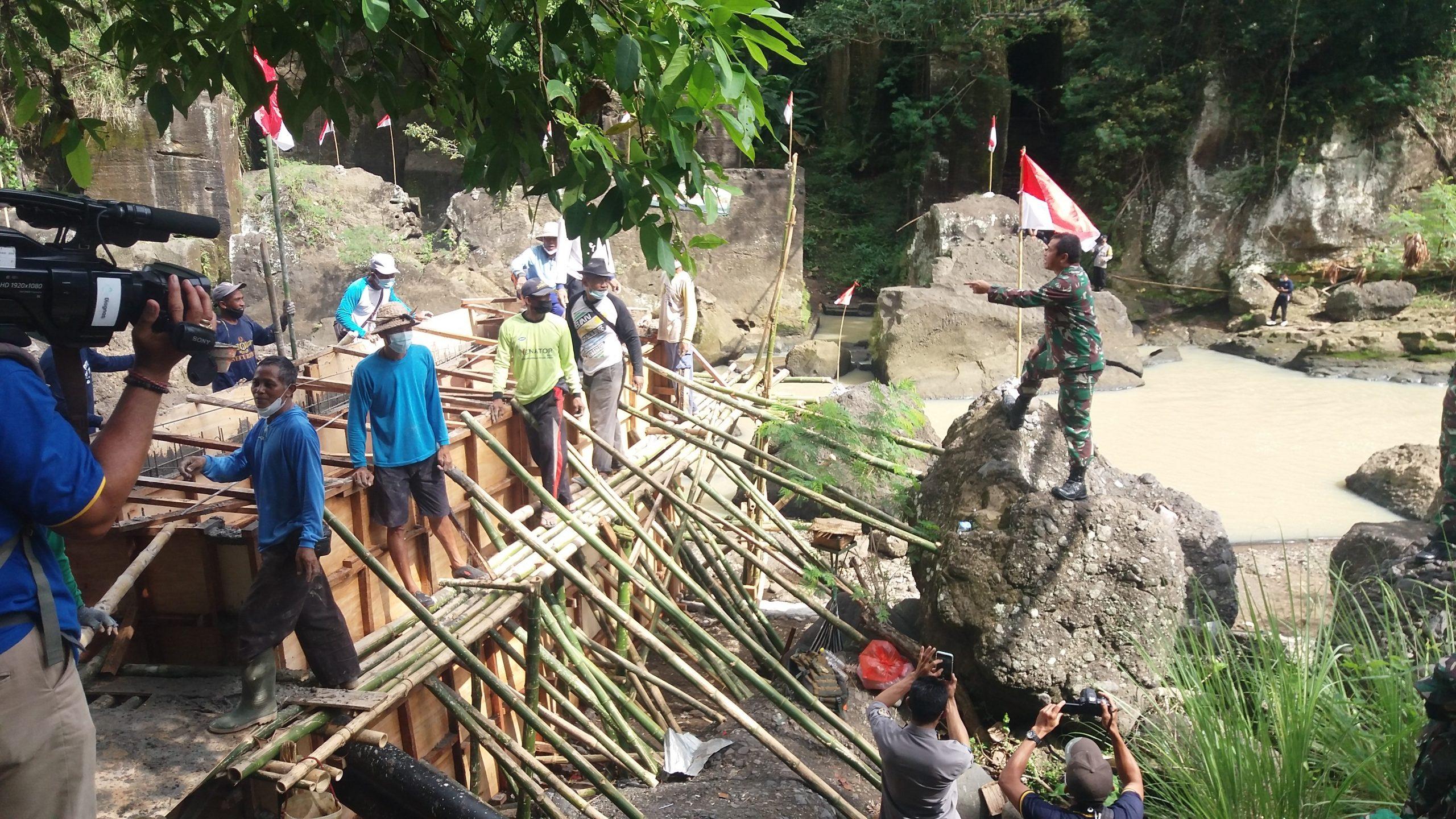 PANGDAM IX/Udayana, Mayjen TNI Maruli Simanjuntak, saat memantau pembuatan pompa hidram di Banjar Nyampuan, Desa Tangguntiti, Kecamatan Selemadeg Timur, Jumat (20/8/2021). Foto: ist