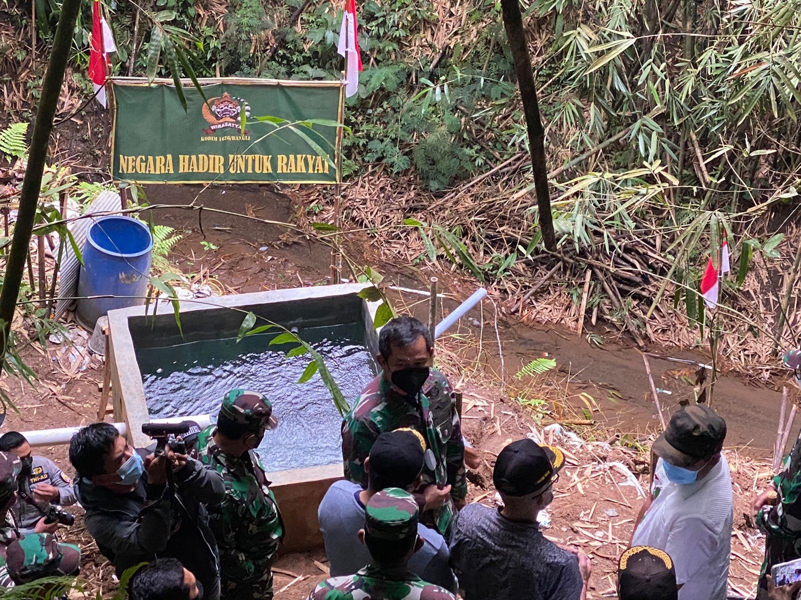 PANGDAM IX/Udayana, Mayjen TNI Maruli Simanjuntak, meninjau pembangunan pompa hydram di Banjar Serai, Desa Penglumbaran, Kecamatan Susut Bangli, Rabu (18/8/2021) sore. Foto: ist