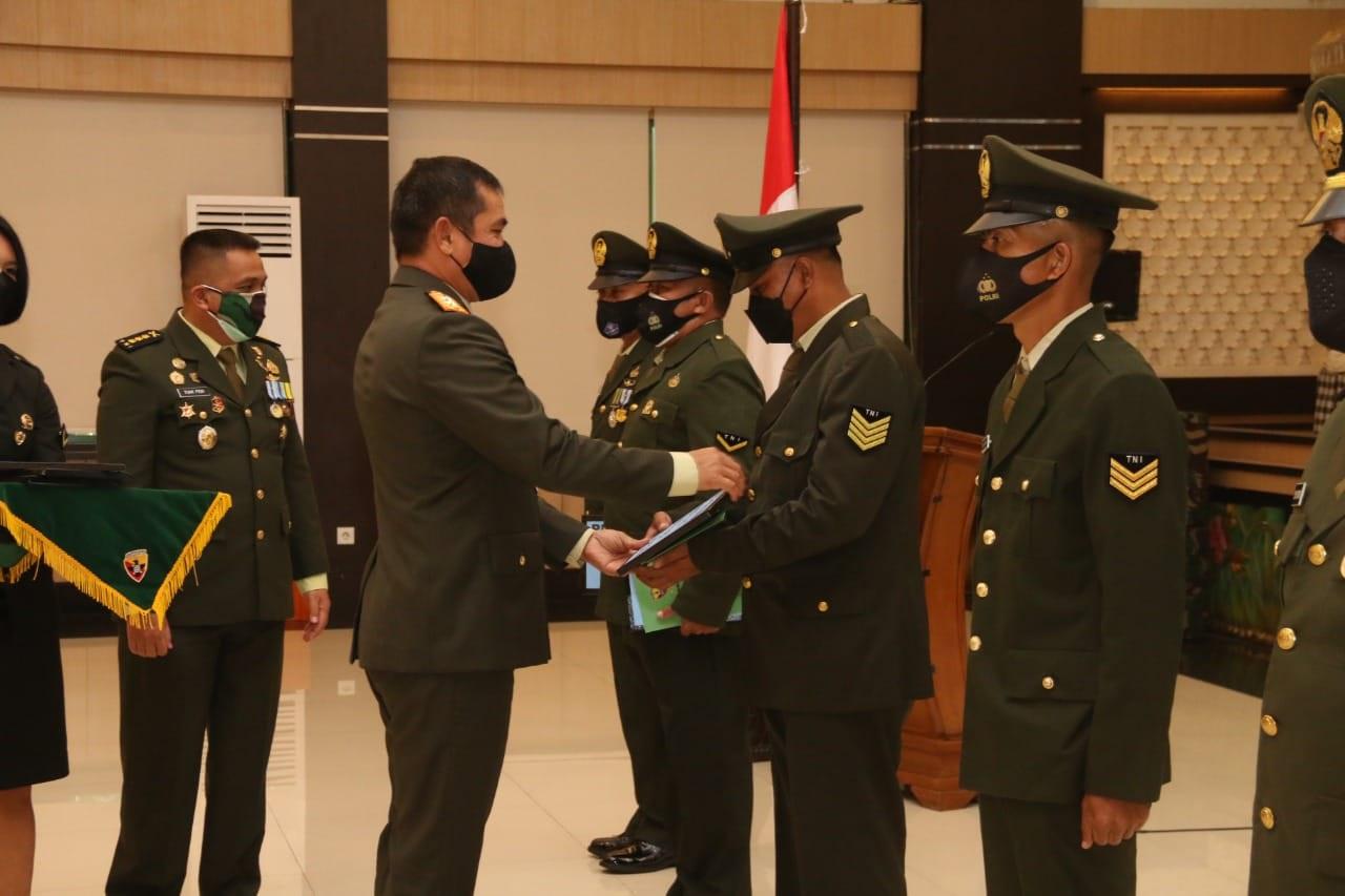 PANGDAM IX/Udayana memberi penghargaan anggota Kodim 1626/Bangli, Serma I Nyoman Budi Utama. Foto: ist
