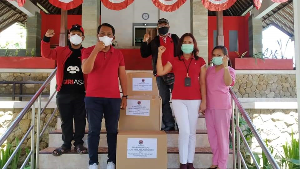 KELUARGA besar PDIP Kecamatan Kuta, menyumbag Alat Pelindung Diri (APD) untuk tenaga kesehatan di tempat isolasi terpusat (isoter) di Kabupaten Badung, Selasa (17/8/2021). Foto: ist