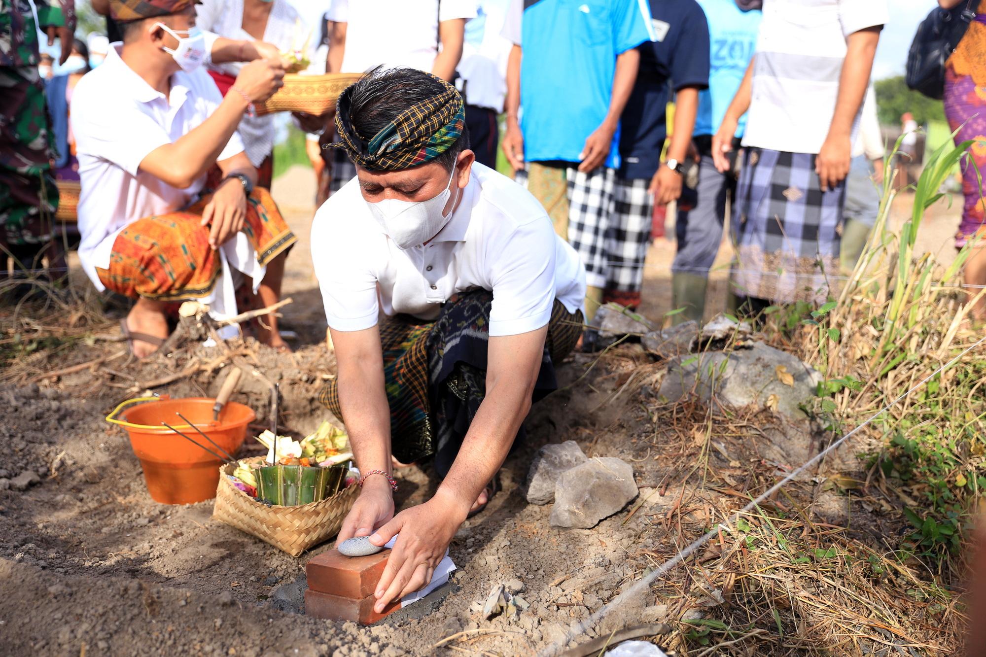 BUPATI Suwirta meletakkan batu pertama pembangunan TPSTD di Jalan Raya Watu Klotok, Dusun Tojan Klod, Desa Tojan, Minggu (22/8/2021). Foto: ist