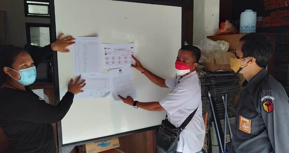 PENEMPELAN dan pengumuman DPB Agustus 2021 oleh KPU Tabanan disaksikan anggota Bawaslu Tabanan, Senin (30/8/2021). Foto: ist