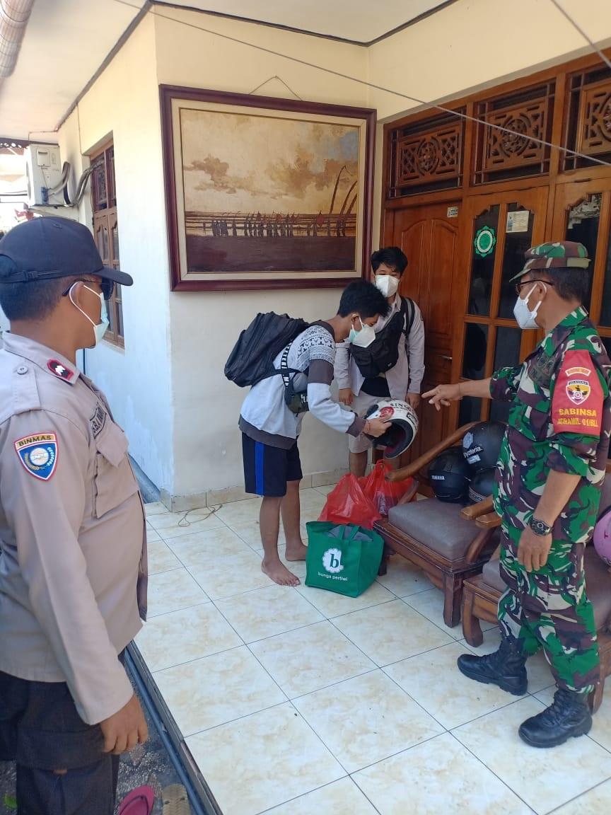PENJEMPUTAN pasien Covid-19 yang isoman dipindah ke tempat isoter yang disediakan Kabupaten Buleleng. Foto: rik