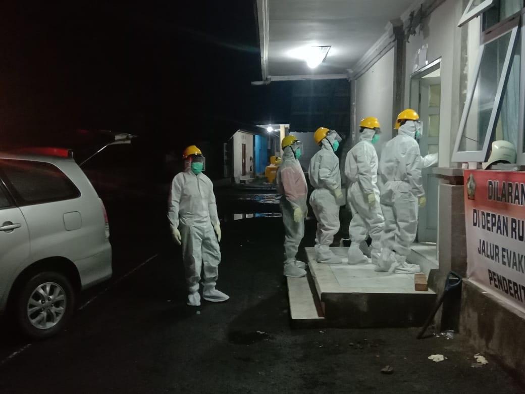 PETUGAS BPBD Bangli kewalahan mengubur jenazah warga yang terpapar Covid-19. Saat ini, hampir setiap hari ada warga meninggal akibat terjangkit virus Corona itu. Foto: ist