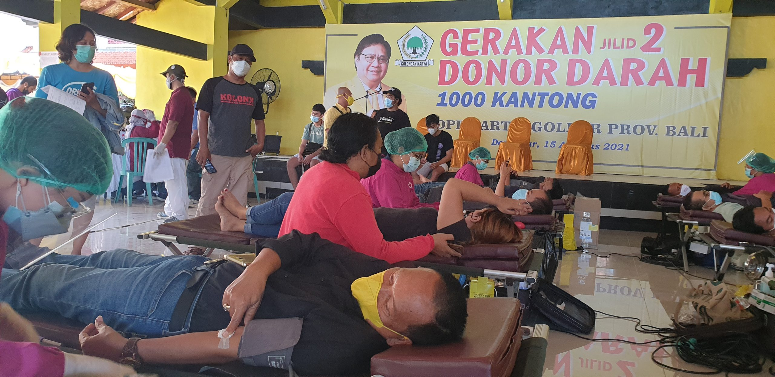 PETUGAS PMI mengambil darah dari pendonor di aula DPD Partai Golkar Bali dalam donor darah jilid II dengan target 1.000 kantong darah, Minggu (15/8/2021). Foto: hen