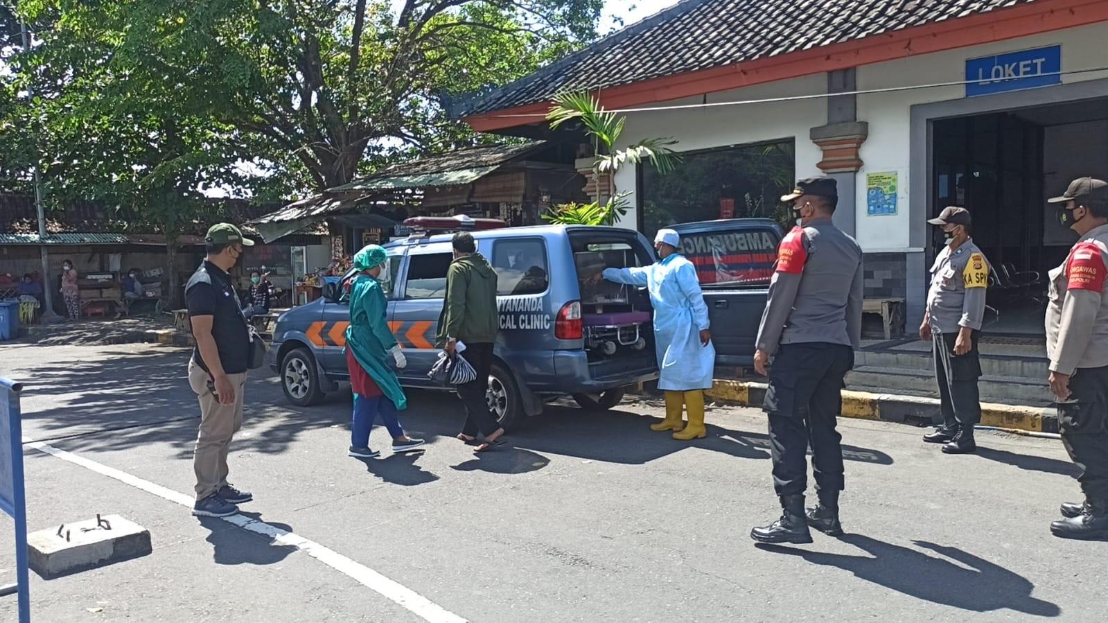 SATGAS Covid-19 mengevakuasi dua penumpang kapal di Pelabuhan Padangbai yang tes antigennya positif ke gedung LPMP Renon, Denpasar, Senin (23/8/2021) guna menjalani isolasi terpusat (isoter). Foto: ist