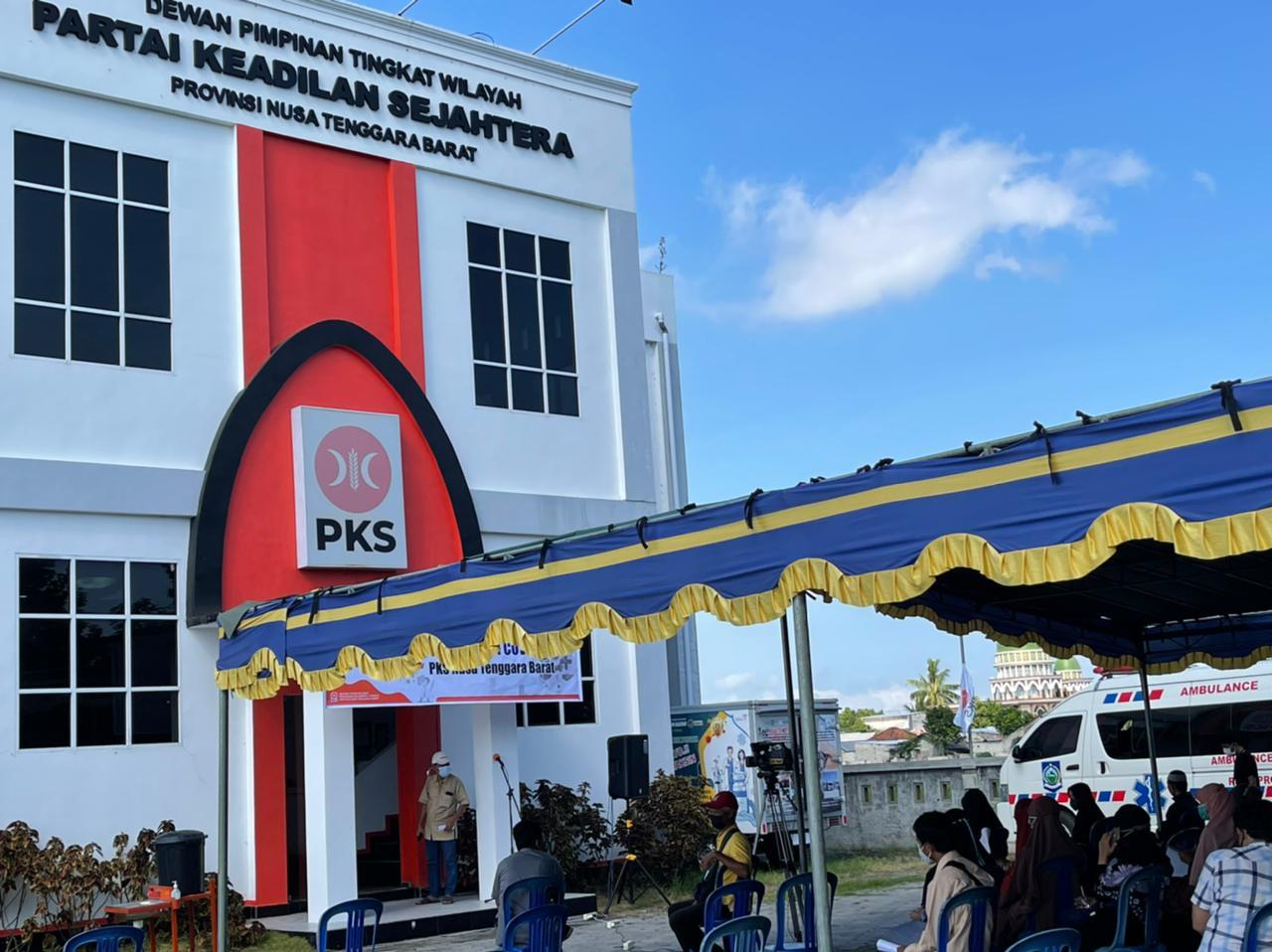 MASYARAKAT dan pengurus PKS NTB antre menunggu giliran untuk divaksin asi Covid-19 di halaman kantor DPW PKS NTB, Jumat (6/8/2021). Foto: rul