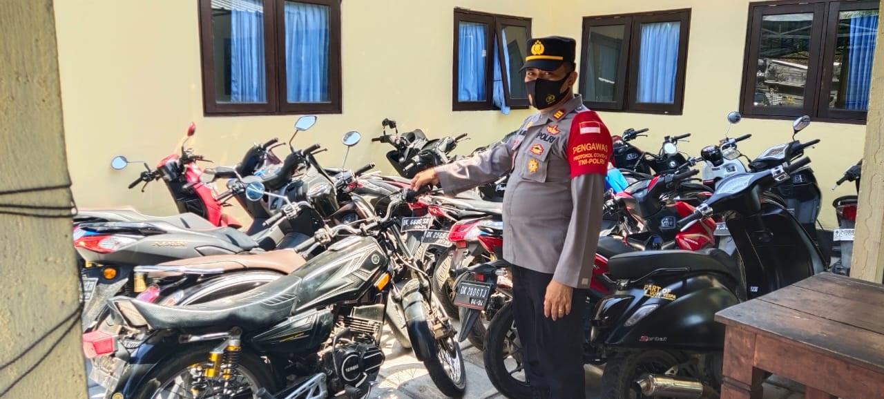 POLSEK Kubu menyita puluhan sepeda motor yang akan dipakai untuk balap liar di jalan raya wilayah Desa Tianyar Timur, Kubu, Karangasem pada Senin (9/8/2021). Foto: ist