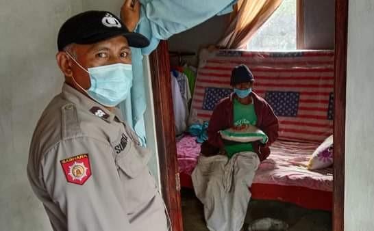 POLSEK Tembuku menyalurkan bantuan beras ke masyarakat di Kecamatan Tembuku, Jumat (6/8/2021). Foto: ist