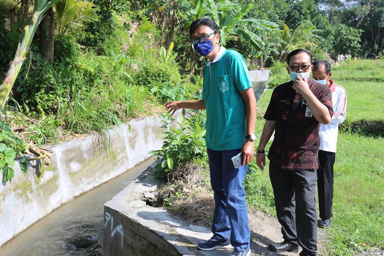 KETUA Komisi II DPRD Klungkung, I Wayan Misna, memimpin sidak proyek irigasi di Kecamatan Banjarangkan. Foto: ist