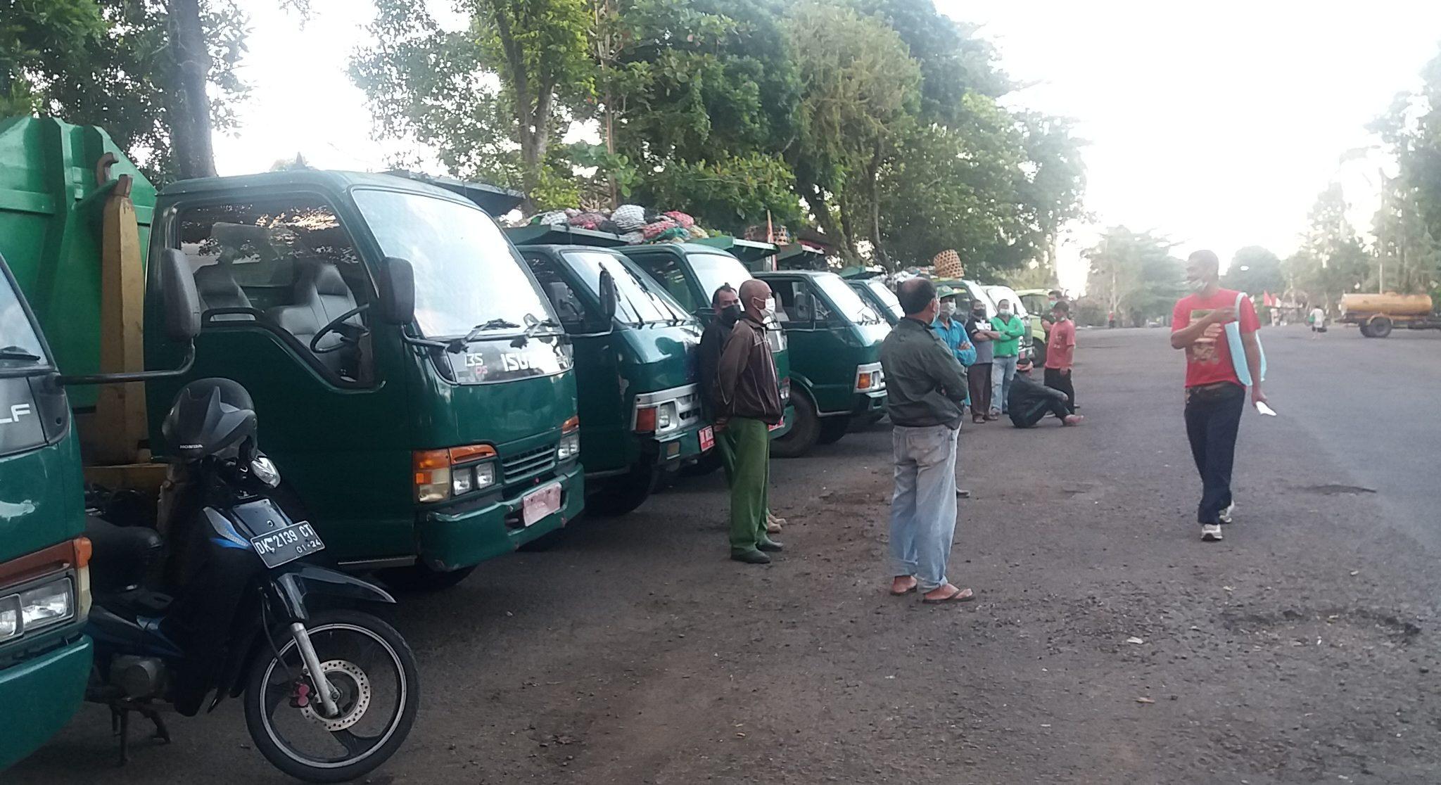 PULUHAN truk dengan muatan sampah penuh berjajar di jalan belakang Kantor DLH Tabanan, menunggu perbaikan dan pengoperasian alat berat di TPA Mandung. Foto: gap