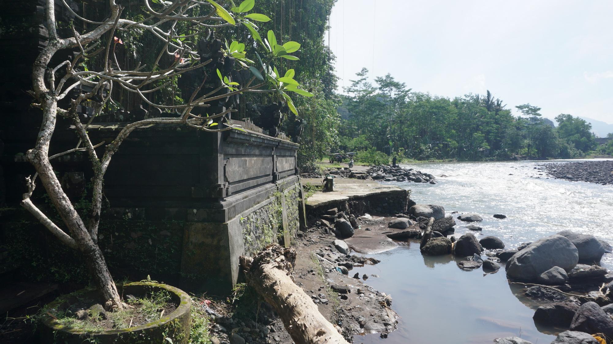 AKSES jalan menuju Pura Beji Pasekan di Desa Akah putus akibat hujan lebat yang terjadi pada Rabu (4/8/2021) malam. Foto: ist