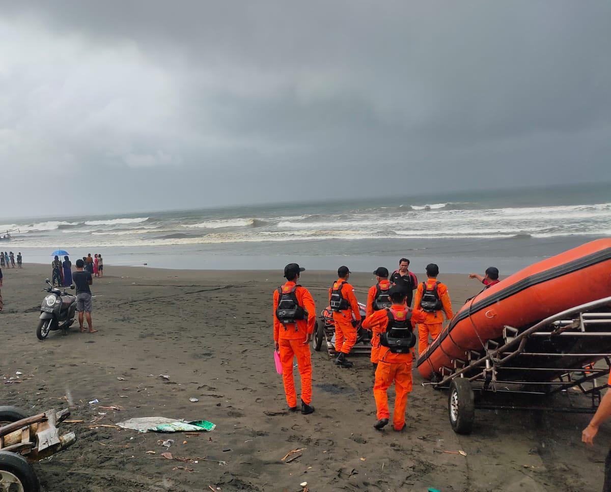PENCARIAN korban nelayan hilang di laut selatan Bali di perairan Air Kuning, Jembrana, Kamis (12/8/2021). Foto: ist