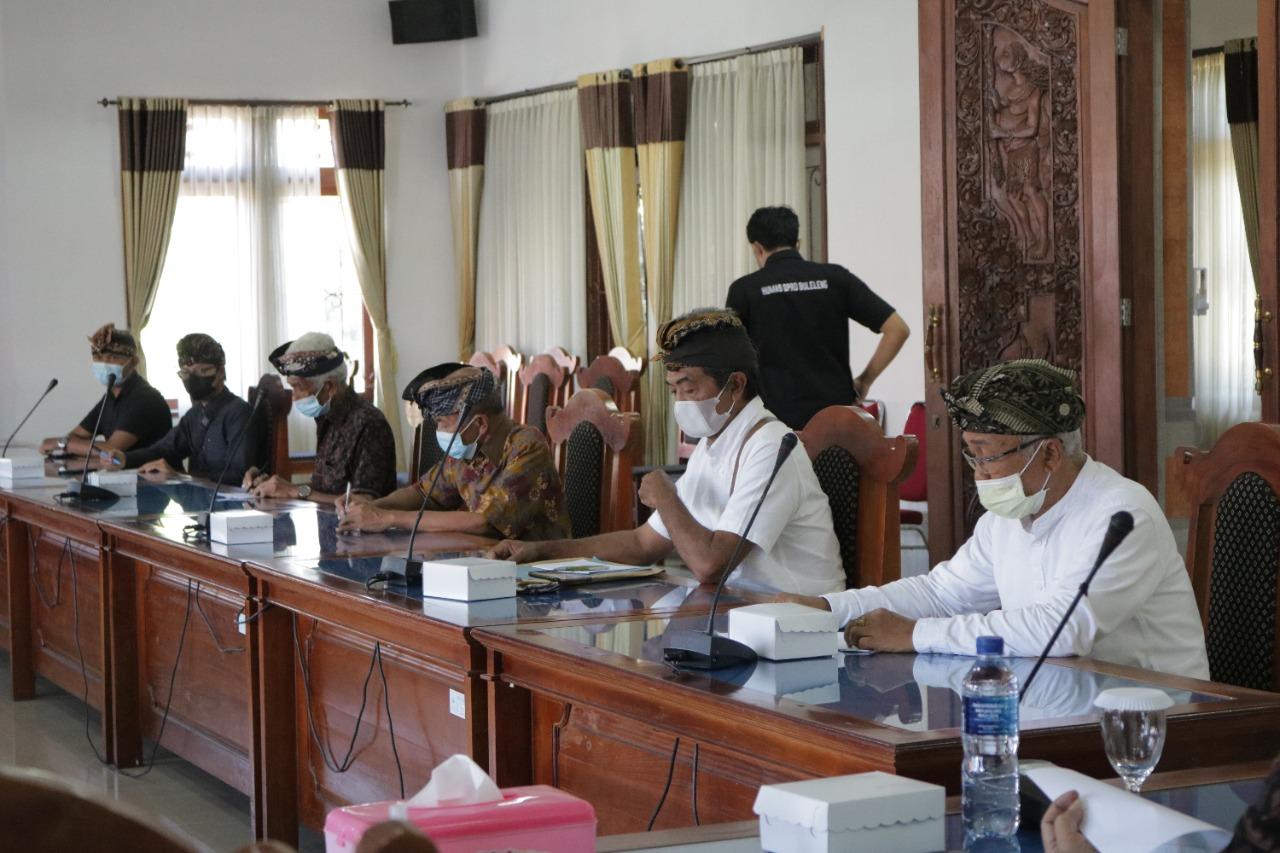 DPRD Buleleng memfasilitasi pertemuan terkait permohonan Tim 9 Catur Desa Dalem Tamblingan untuk bisa mengelola Alas Amertha Jati menjadi hutan adat, Selasa (24/8/2021). Foto: rik