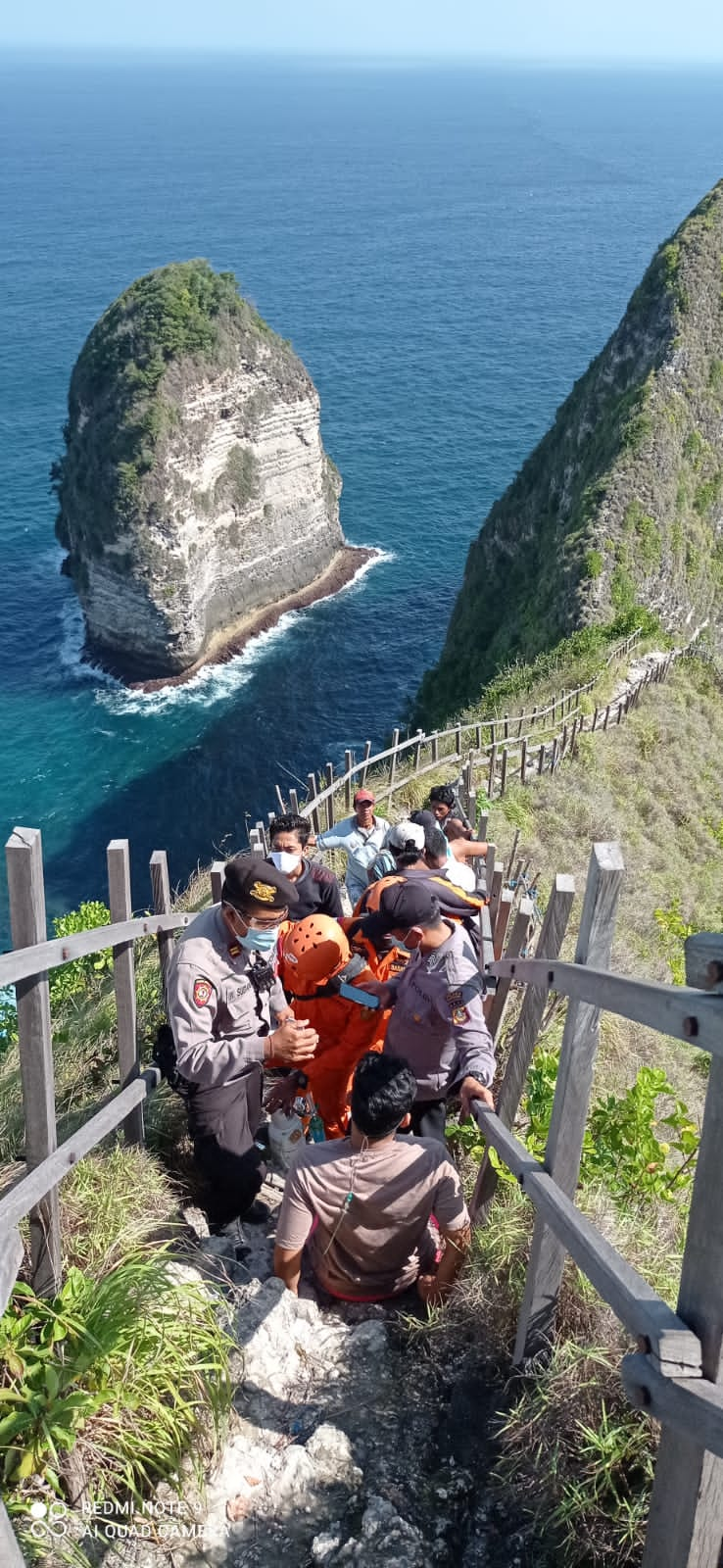 PETUGAS gabungan mengevakuasi korban terseret ombak menuju atas tebing Pantai Klingking, Nusa Penida, Minggu (8/8/2021). Foto: ist