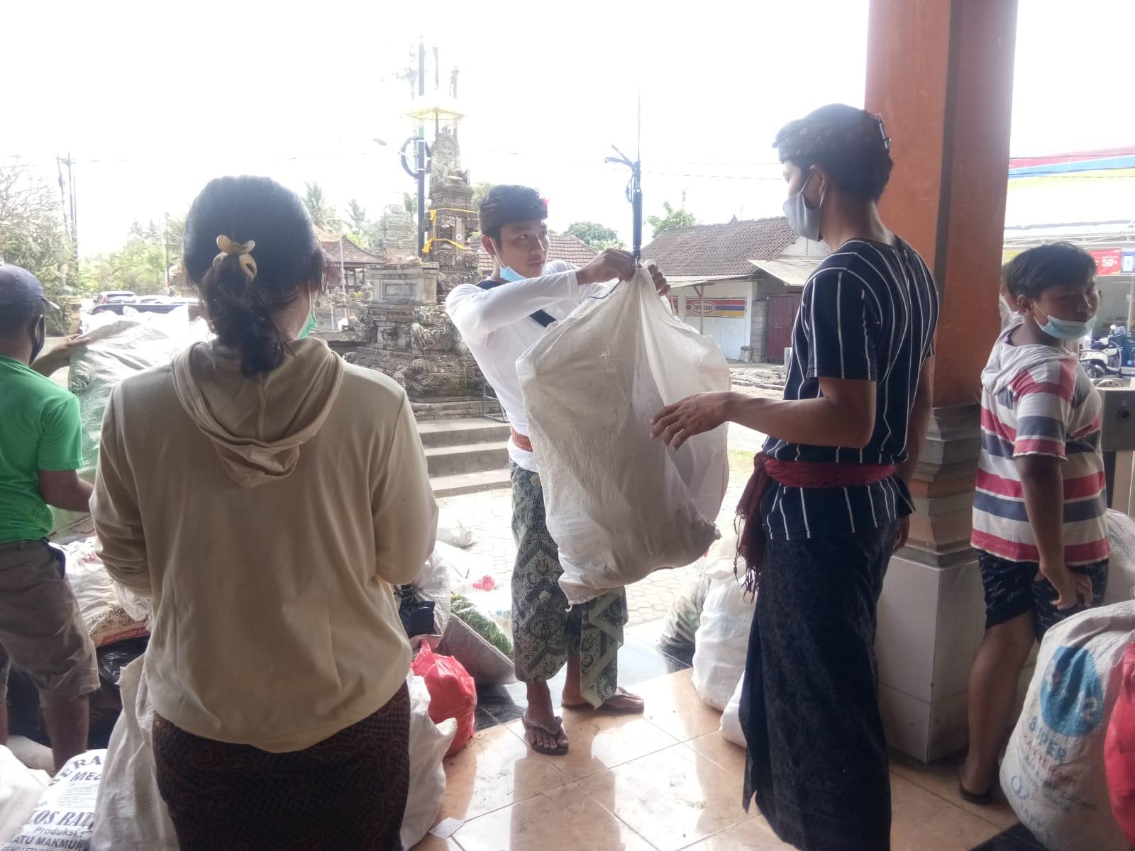 KEGIATAN plastik exchange di Banjar Banda, Desa Saba, Kecamatan Blahbatuh, Gianyar, Minggu (29/8/2021). Foto: adi