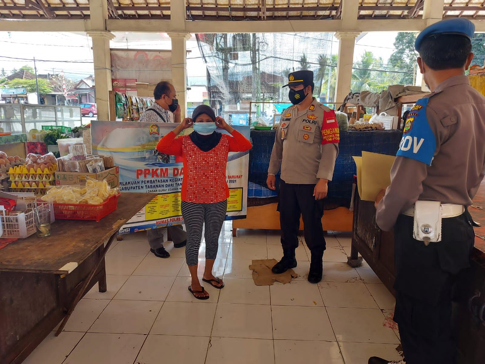 JAJARAN Polsek Selbar membagikan masker gratis kepada masyarakat di tiga desa, Minggu (29/8/2021). Foto: ist