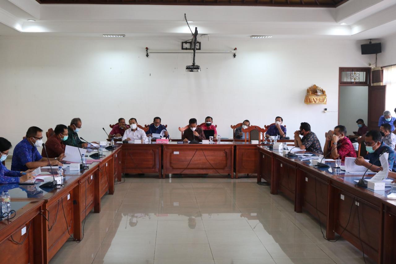 RAPAT Banggar DPRD Buleleng bersama TAPD membahas KUA-PPAS Tahun 2022 di Ruang Rapat Gabungan Komisi DPRD Buleleng, Selasa (10/8/2021). Foto: rik