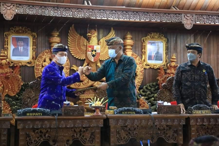 KETUA DPRD Klungkung, Anak Agung Gde Anom, memberi salam kepada Bupati Klungkung saat rapat paripurna di Ruang Sabha Nawa Natya, Kantor DPRD Klungkung, Senin (23/8/2021). Foto: ist