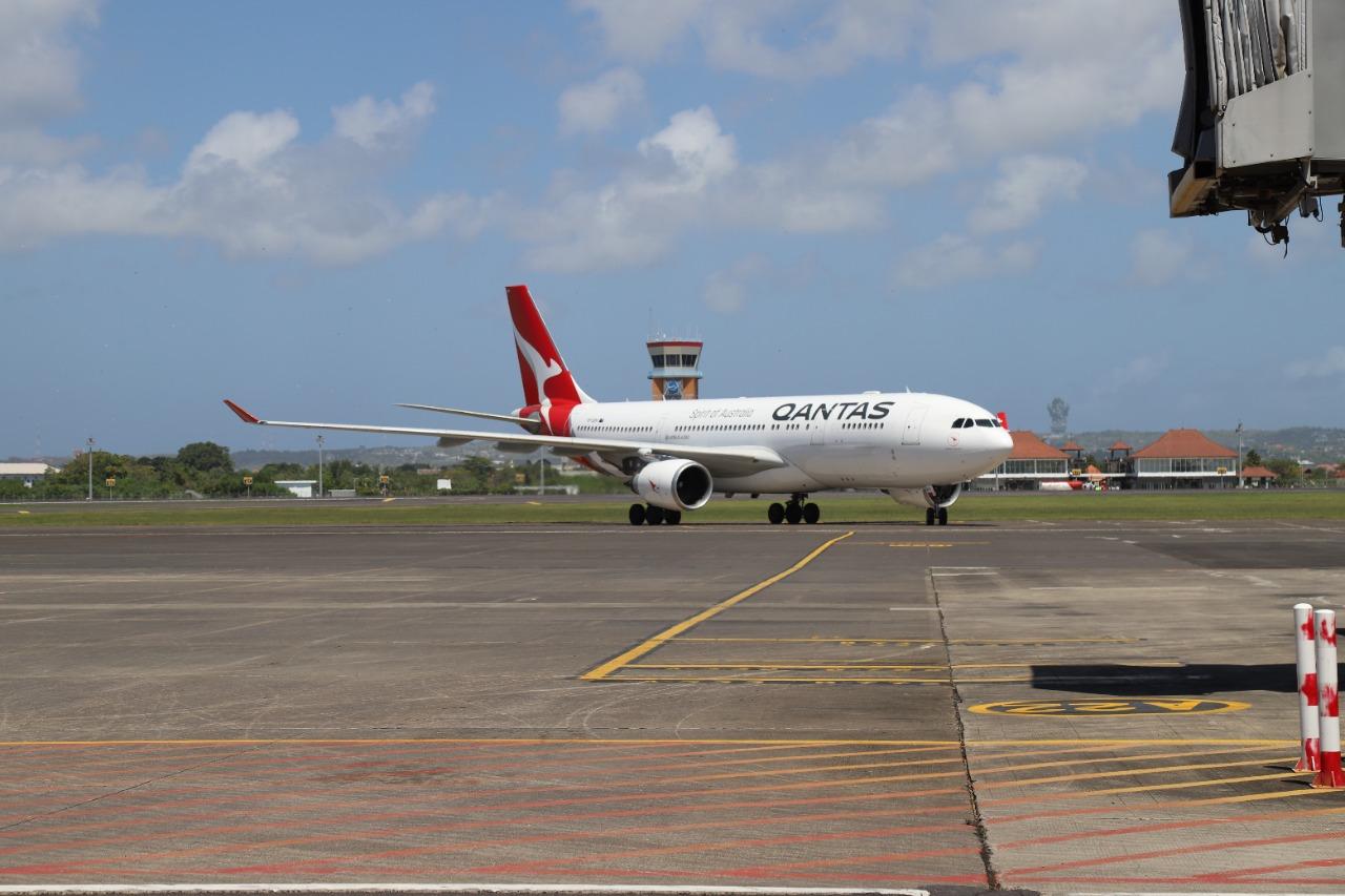 SEBUAH pesawat tengah di parkir di Bandara Ngurah Rai, Tuban. Beberapa hari terakhir terjadi peningkatan pergerakan penumpang di bandara kebanggan masyarakat Bali tersebut. Foto: gay