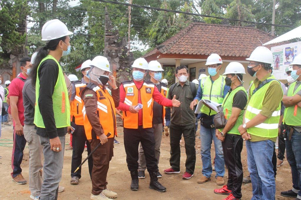 BUPATI Bangli, Sang Nyoman Sedana Arta, melakukan inspeksi pembangunan gedung DPRD dan BMB kantor Bupati, Jumat (27/8/2021). Foto: ist