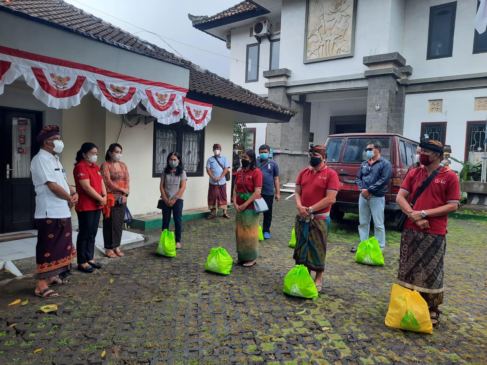 KETUA K3S Kota Denpasar, Sagung Antari Jaya Negara, menyerahkan bantuan sembako, Kamis (12/8/2021) di Yayasan Dria Raba Denpasar. Foto: ist