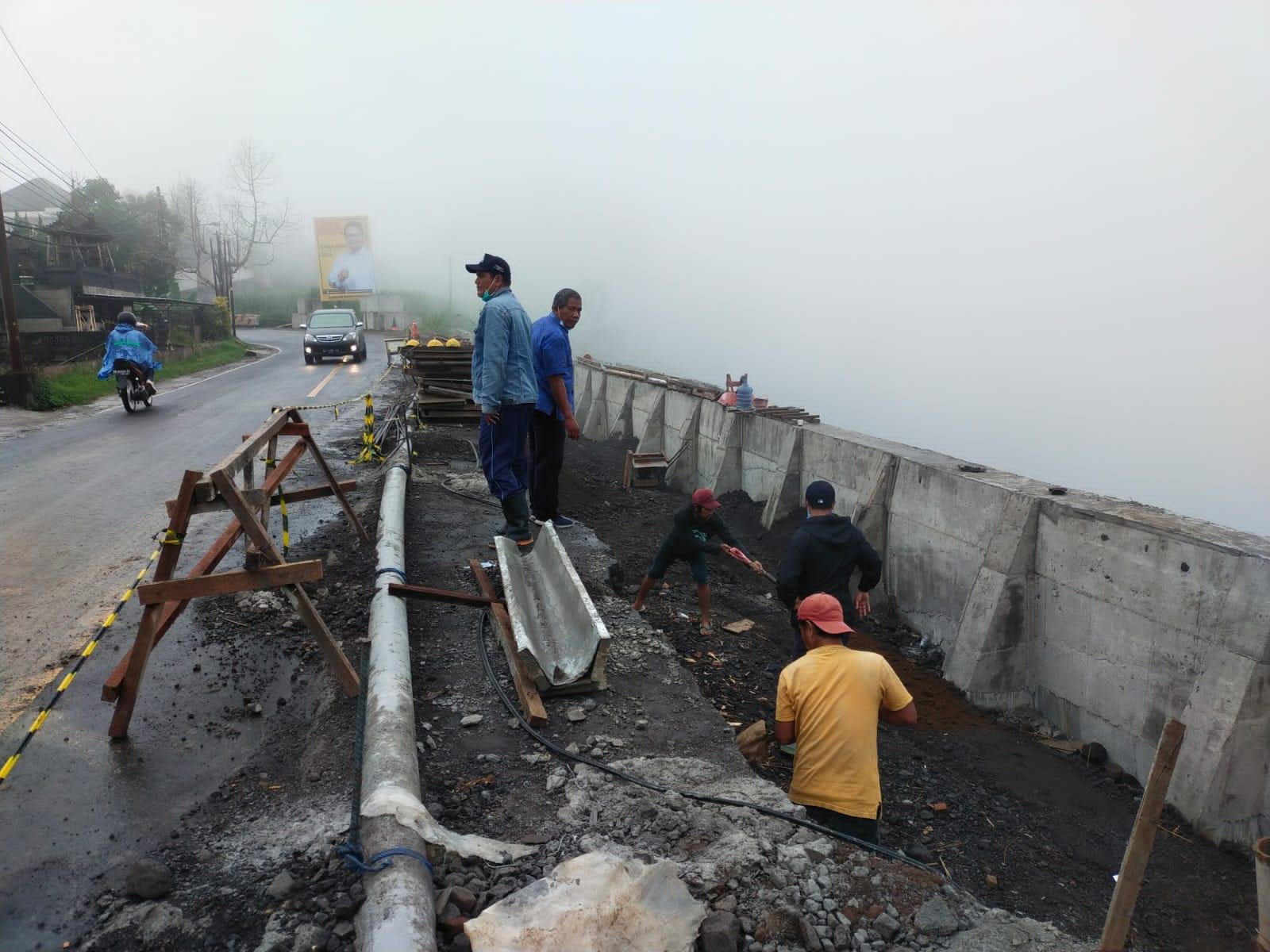 SALAH satu upaya pelayanan dari Perimda TAB Tabanan adalah perbaikan fasilitas pipa air, agar air bersih terus mengalir ke para pelanggan. Foto: ist