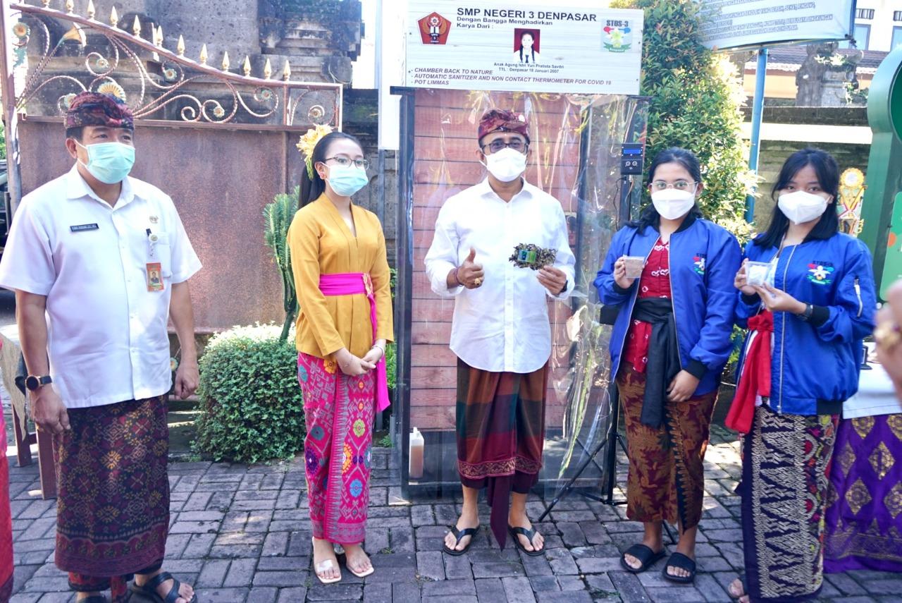 WALI Kota IGN Jaya Negara memberi apresiasi karya inovatisi siswa SMPN 3 Denpasar berupa Chamber Back to Nature dan termometer otomatis yang dihubungkan langsung dengan penyanitasi tangan uap tanpa menyetuh hanya menggunakan sensor. Foto: tra