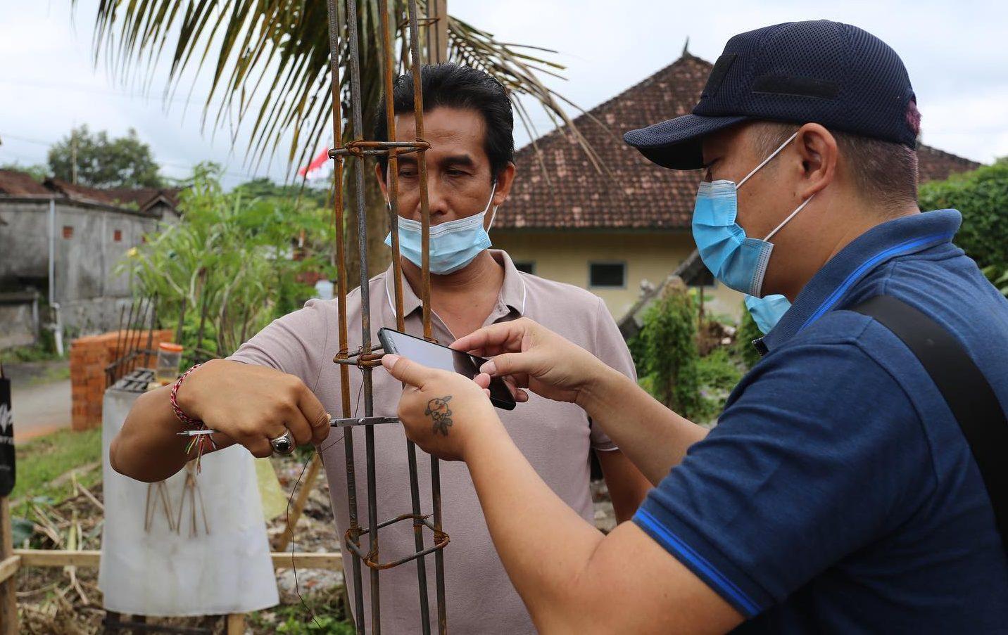 ANGGOTA Komisi II DPRD Klungkung mengukur bahan besi yang tidak sesuai spesifikasi di SDN 3 Nyalian, Kecamatan Banjarangkan. Foto: ist