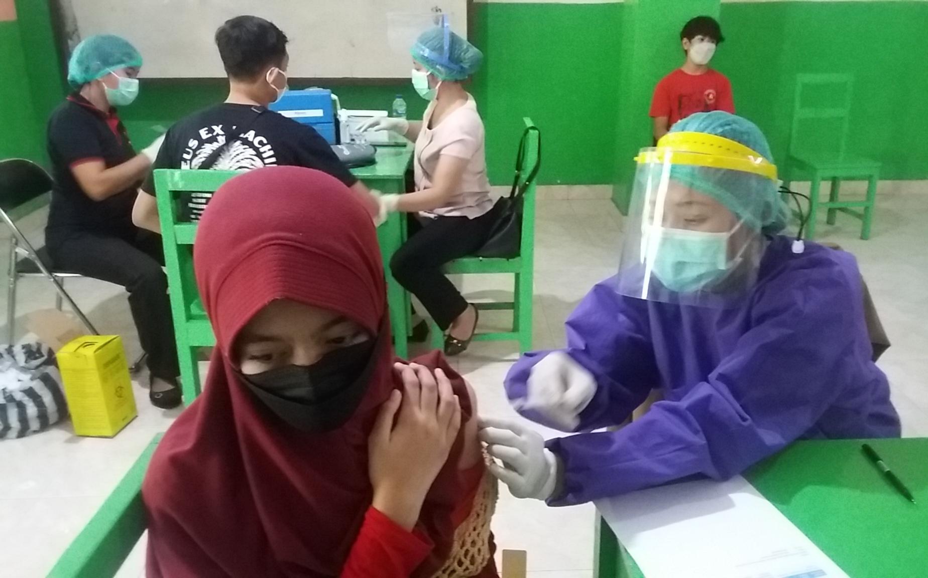 SALAH satu siswi SMP Bintang Persada Tabanan, ketika menjalani vaksinasi anak untuk tahap II, Jumat (6/8/2021). Foto: ist