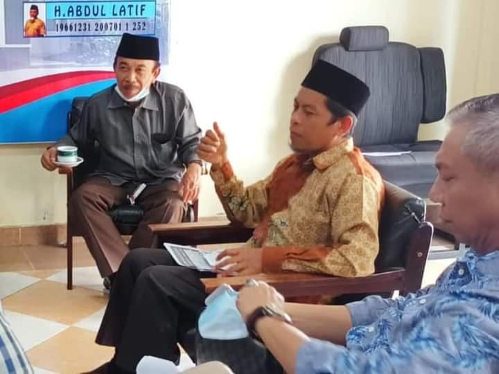 WAKIL Ketua DPRD NTB, Abdul Hadi (dua kanan), saat memimpin rombongan Banggar ke Unit Pelaksana Teknis Badan (UPTB) Unit Pelayanan Pajak Daerah (UPPD) Gerung, Lombok Barat. Foto: rul