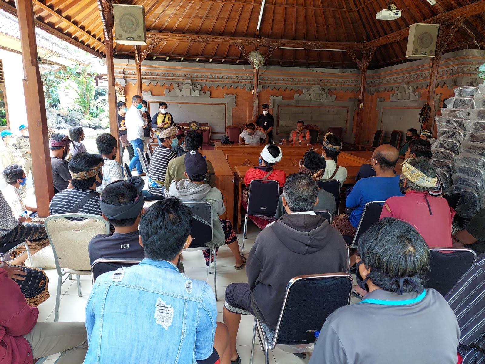 PULUHAN warga Pakudui Kangin mendatangi kantor Bupati Gianyar, Kamis (19/8/2021). Foto: adi