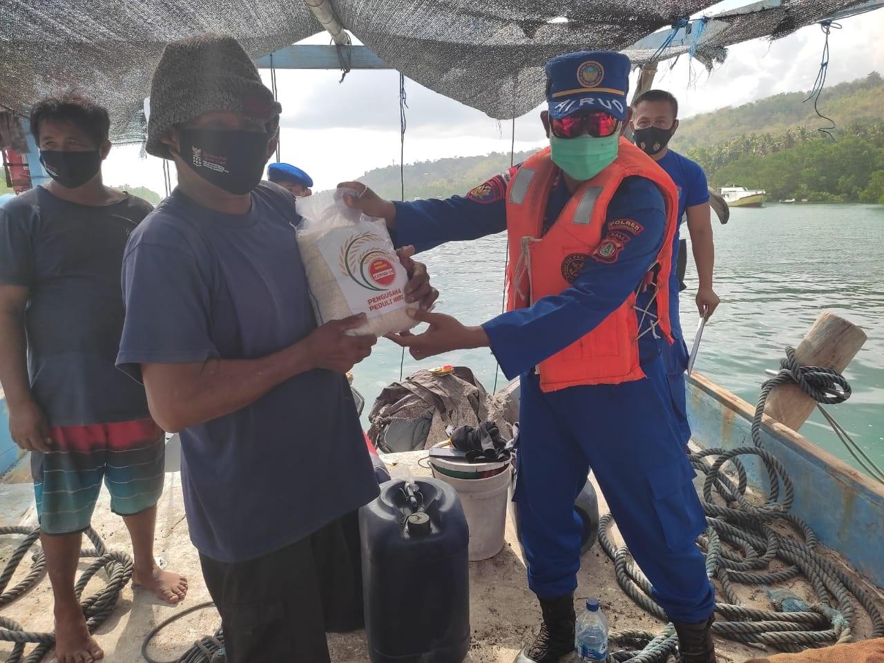 WARGA pesisir mendapat bantuan sembako dari Polres Klungkung, Minggu (8/8/2021). Foto: ist