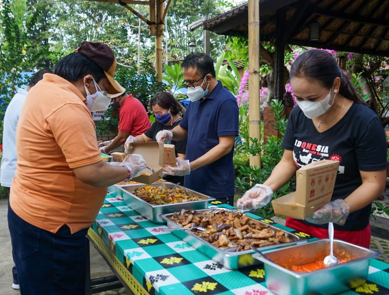 WALI Kota Jaya Negara bersama Alumni SMAN 1 Denpasar (Smansa) Angkatan 85 saat aksi sosial di Dapur Umum Gotong Royong Kota Denpasar diJalan Kaliasem, Minggu (8/8/2021). Foto: ist