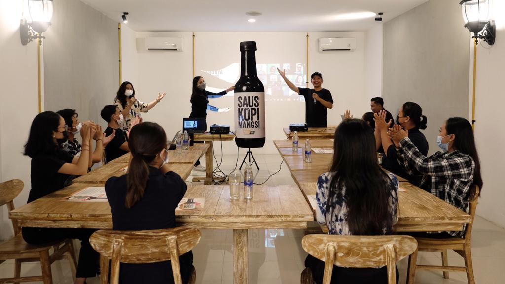 "PELUNCURAN saus kopi Mangsi secara hybrid dengan diramaikan para pelanggan yang dikenal dengan sebutan ""Teman Mangsi"", Selasa (17/8/2021). Foto: Ist"