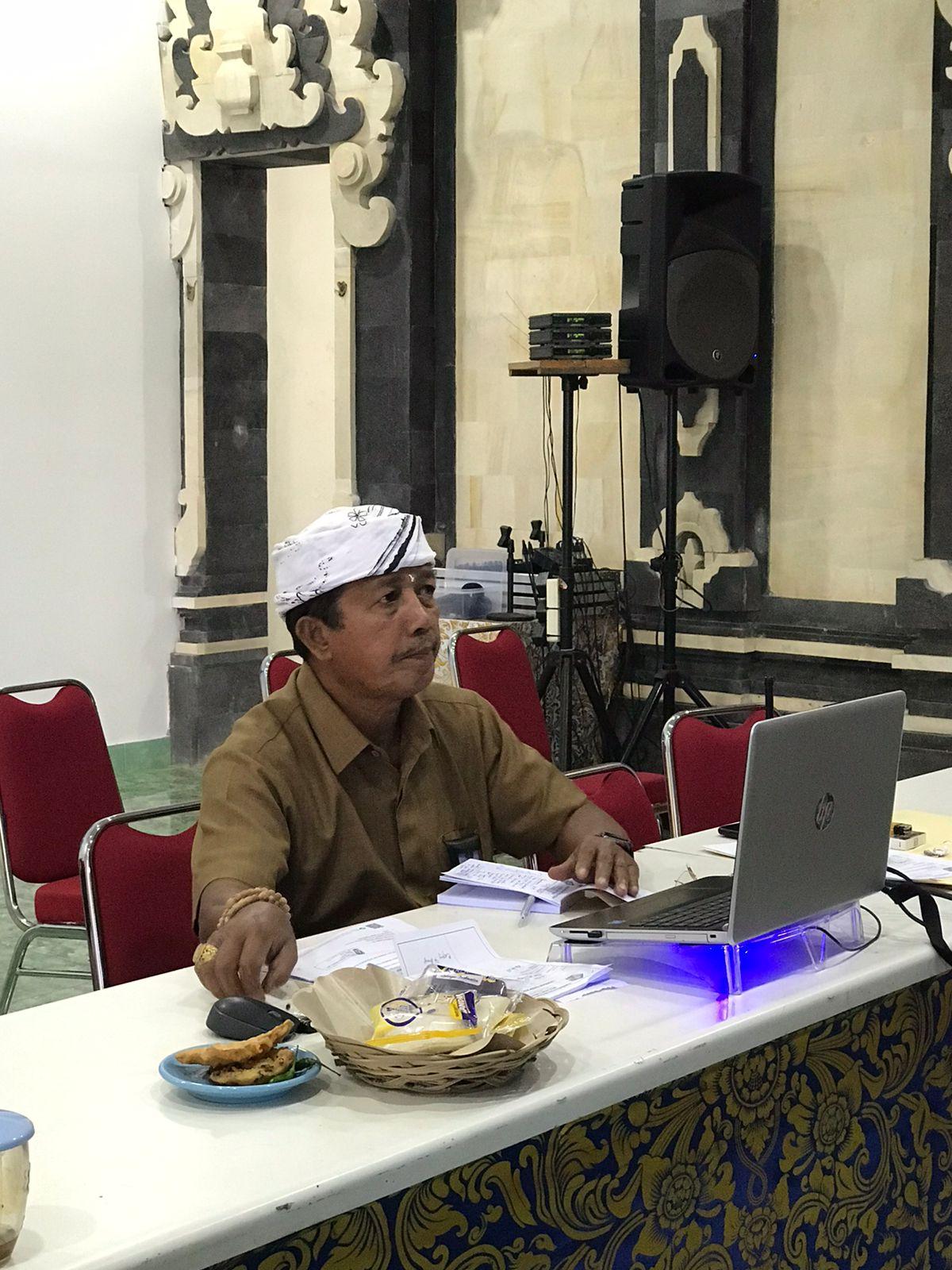 BENDESA Adat Tuban, Wayan Mendra, saat mengikuti rapat virtual dengan Dinas Kehutanan dan LHK Provinsi Bali. Foto: ist