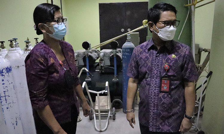 SEKDA Badung, Adi Arnawa, saat mengecek ketersediaan oksigen di RSD Mangusada, beberapa waktu lalu. Foto: ist