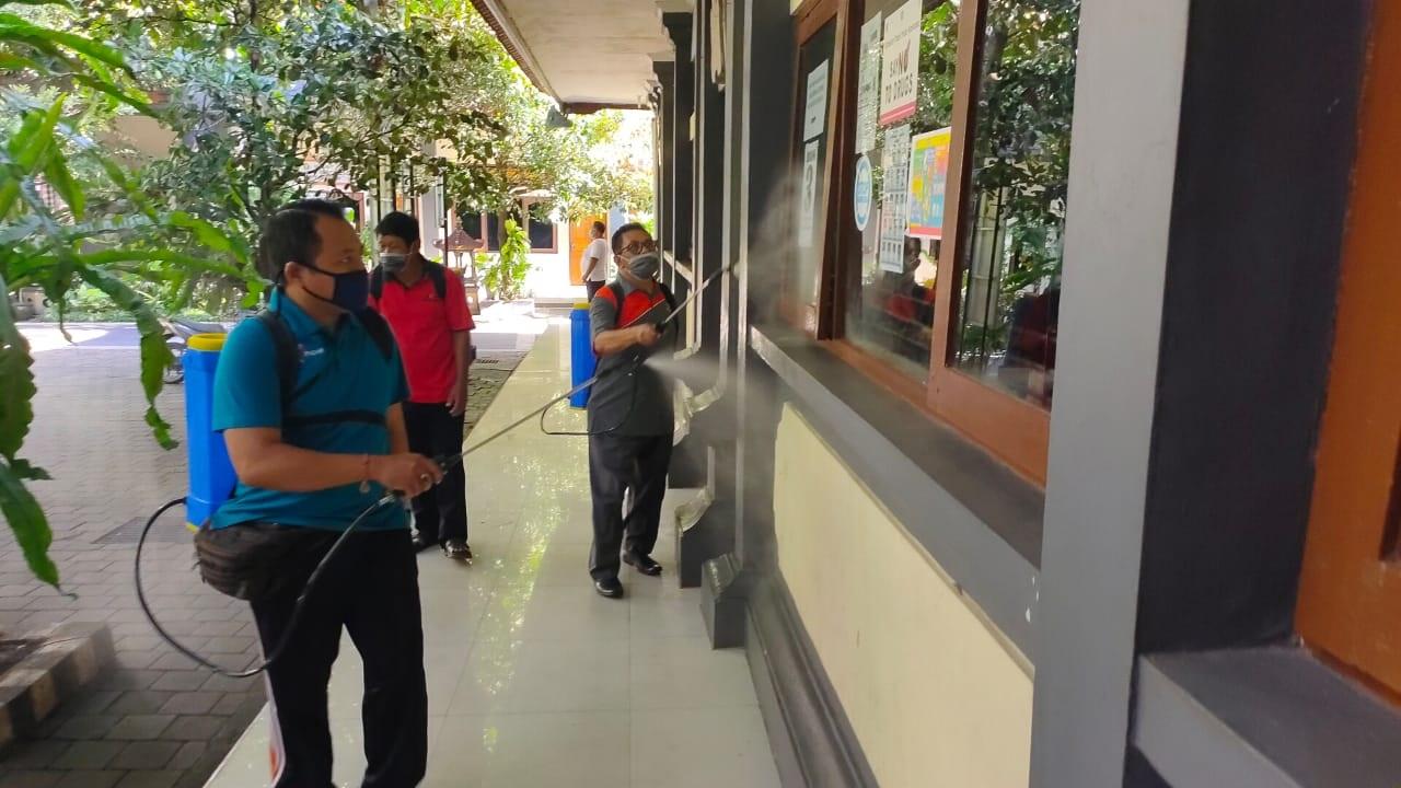 SMP PGRI 2 Denpasar rutin melakukan penyemprotan disinfektan mengantisipasi virus Corona. Protokol kesehatan di sekolah akan terus ditingkatkan menjelang dilaksanakannya PTM terbatas yang akan dimulai, 1 Oktober 2021 mendatang. Foto: ist