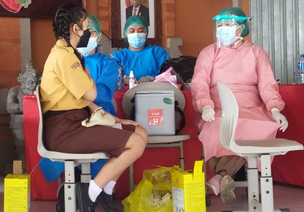 VAKSINASI Covid-19 untuk anak-anak usia 12-17 tahun di SMPN 9 Denpasar. Foto: ist