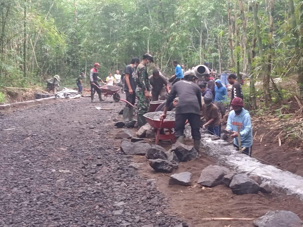 ANGGOTA Kodim 1626/Bangli bersama warga Pengotan mengerjakan senderan sepanjang 550 meter pada kegiatan Pra-TMMD di Desa Pengotan, Kecamatan Bangli. Foto: ist