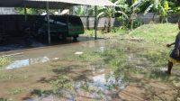 AIR di lahan warga mulai surut pasca banjir setinggi 50 cm di Banjar Selat, Desa Belega, Blahbatuh.