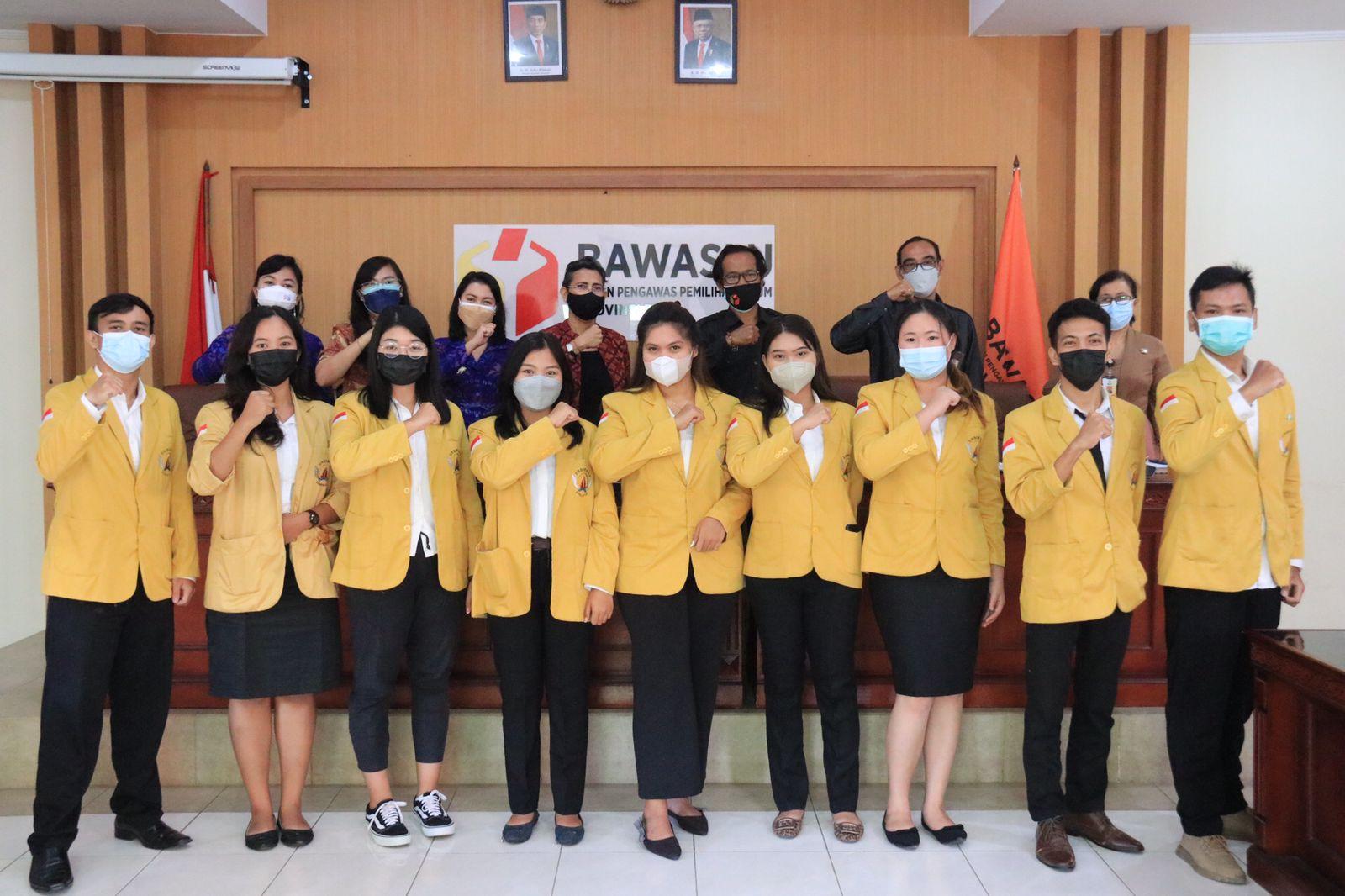 PARA mahasiswa Undiknas yang diterima magang di Sekretariat Bawaslu Bali, Senin (6/9/2021). Foto: ist