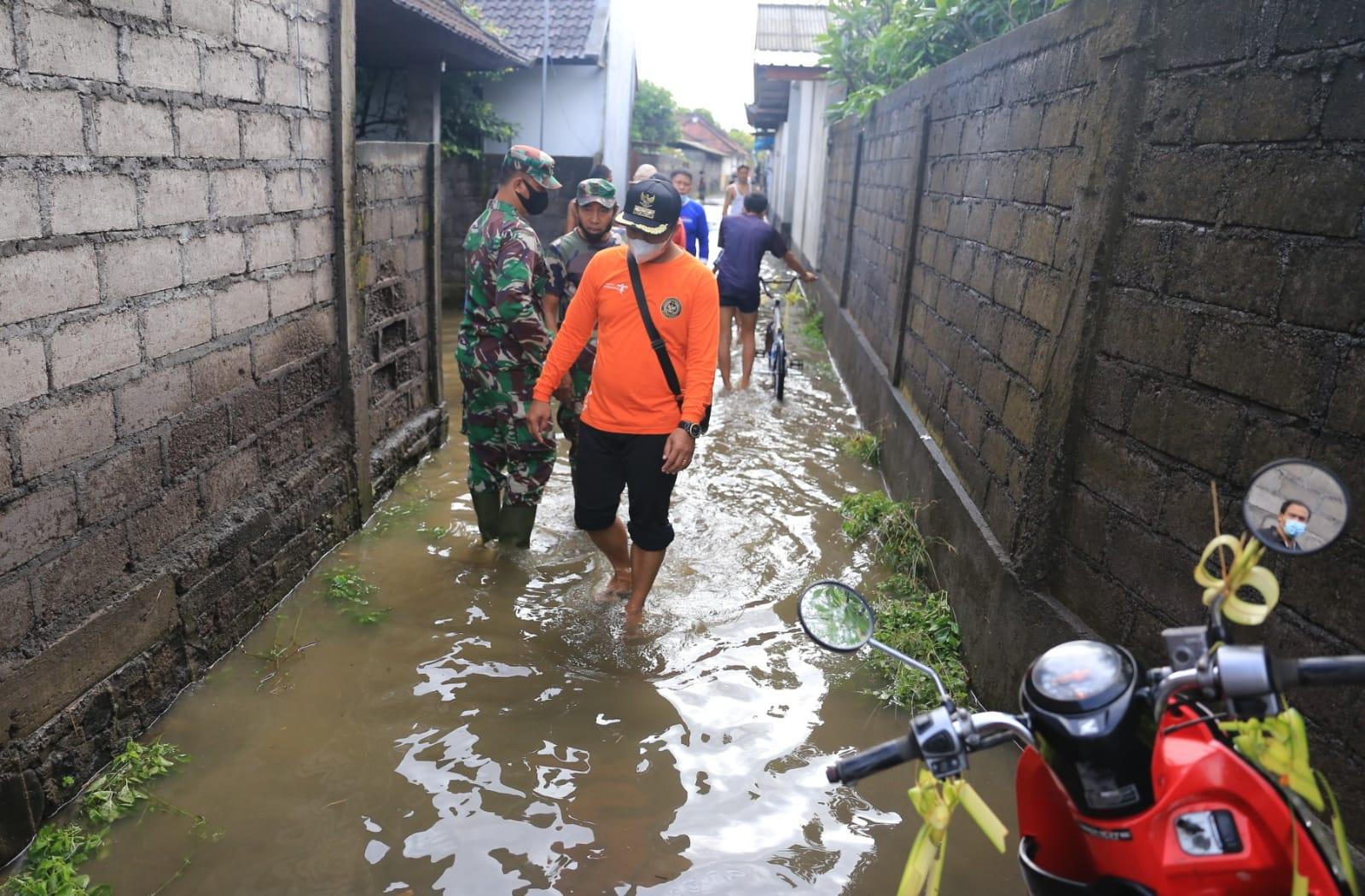 BPBD Klungkung meninjau banjir di Bantaran Sungai Candigara, Banjar Pancingan, Desa Kusamba, Kecamatan Dawan, Minggu (12/9/2021). Foto: ist
