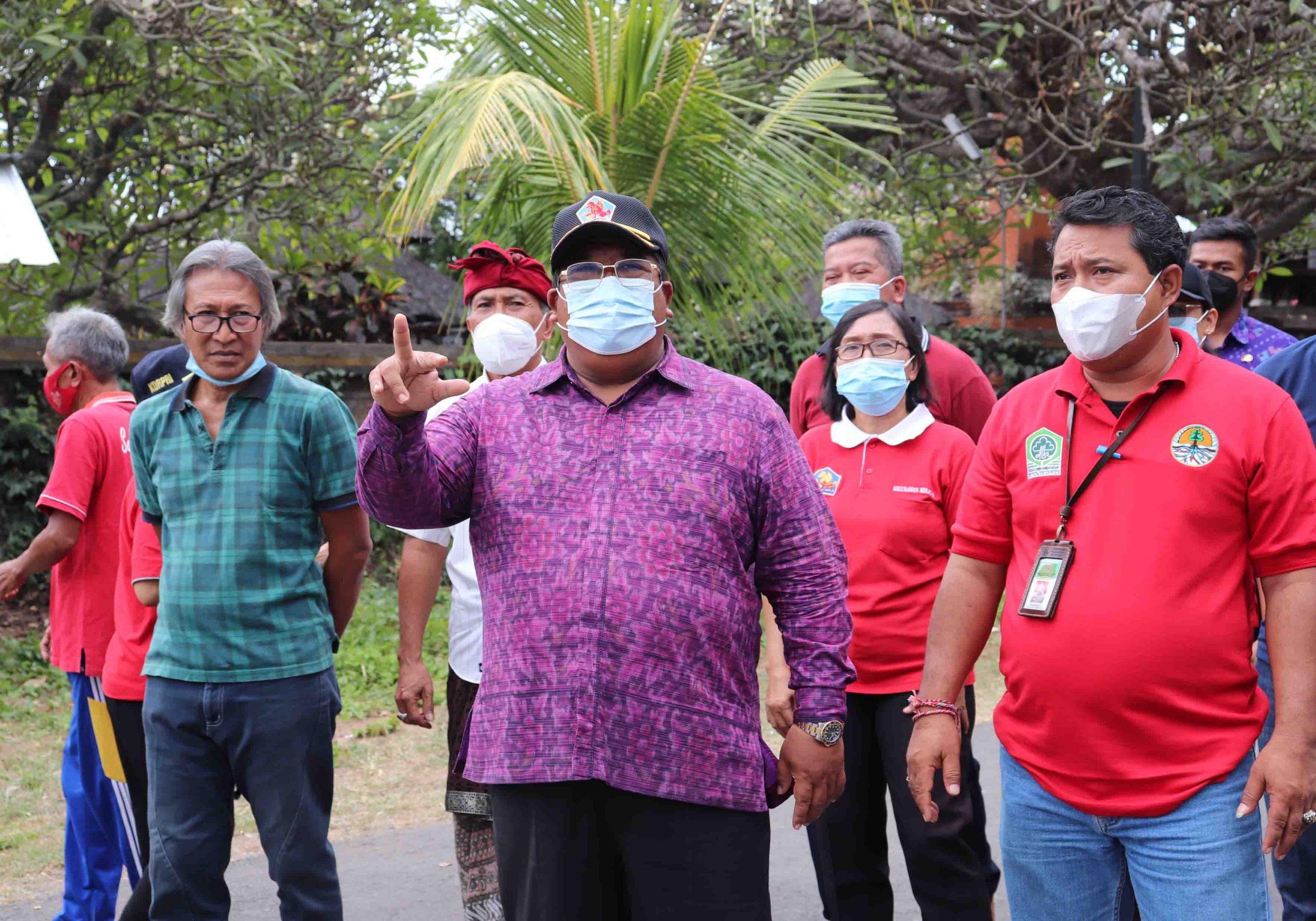BUPATI Buleleng, Putu Agus Suradnyana, meninjau lokasi lahan parkir di sebelah utara RTH Taman Bung Karno, Jumat (10/9/2021). Foto: rik