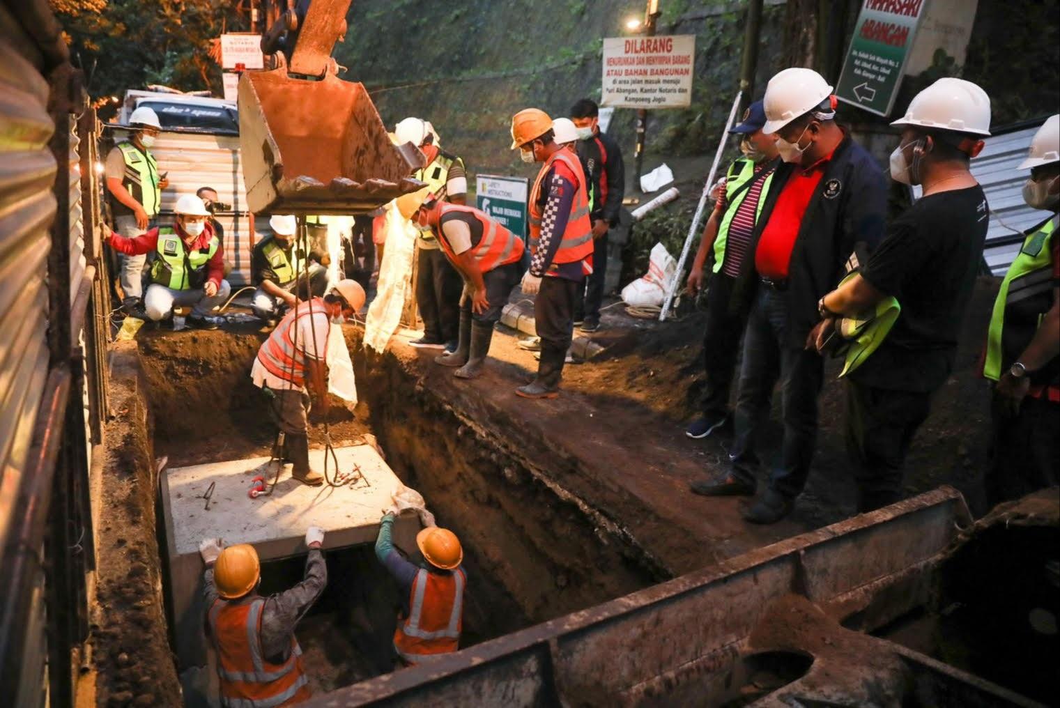 BUPATI Gianyar, Made Agus Mahayastra, mengecek penanaman kabel ulitilitas di Catuspata Ubud. Foto: ist