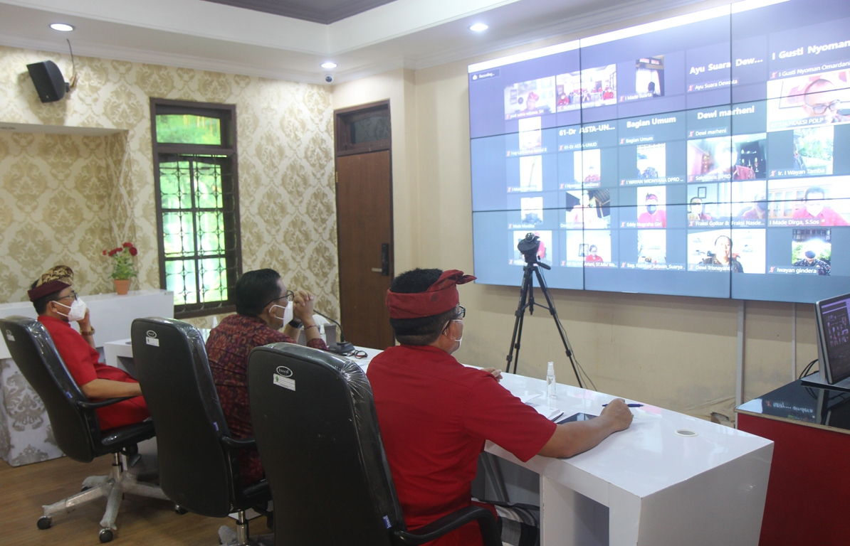 BUPATI Tabanan, I Komang Gede Sanjaya, kembali mengikuti agenda rapat paripurna, untuk memberikan jawaban terhadap pemandangan umum fraksi-fraksi di DPRD Tabanan, Selasa (14/9/2021). Foto: ist
