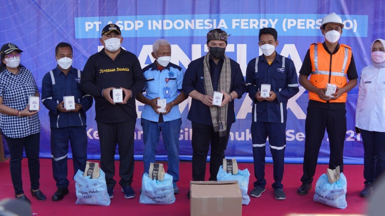 BUPATI Tamba bersama Menteri BUMN Erick Thohir menyerahkan bantuan sembako dan vitamin kepada karyawan Pelabuhan Gilimanuk, Minggu (19/9/2021). Foto: ist