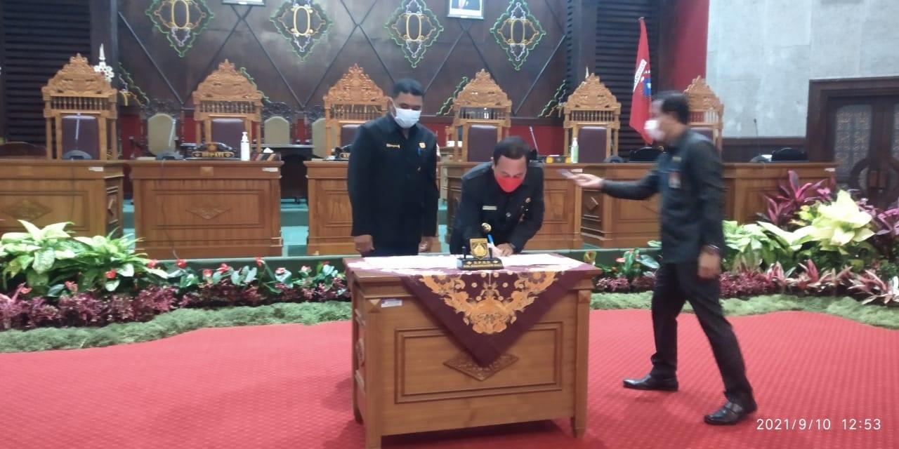 DPRD-Pemkab Karangasem menyetujui perubahan APBD 2021 dalam rapat paripurna dipimpin Ketua DPRD, I Wayan Suastika, Jumat (10/9/2021). Foto: ist